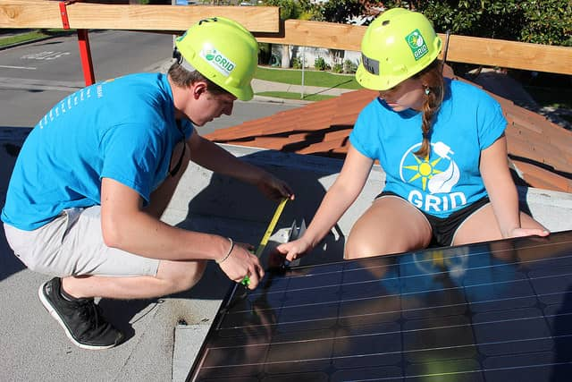 Students-from-UNC-installating-in-Long-Beach-2015 Students Help Low-Income Families During 'Solar Spring Break'